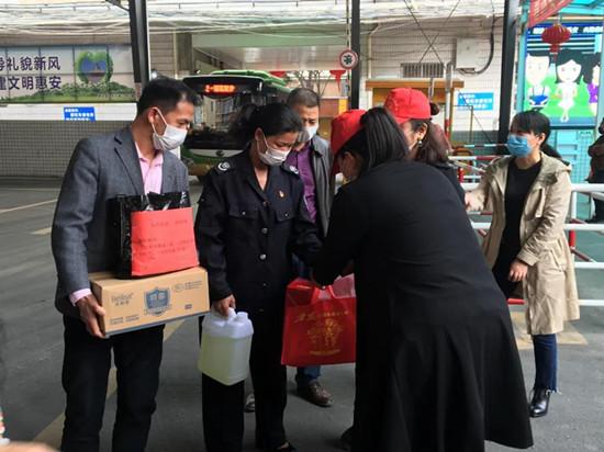 惠女志愿者开展巾帼文明岗和一线绿化女工慰问活动